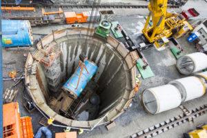 Eine der Baustellen von Wolfgang Altenhoff in Gelsenkirchen im Jahr 2013: Einheben der Tunnelbohrmaschine in die Schachtbaugrube. Foto: Rupert Oberhäuser/EGLV