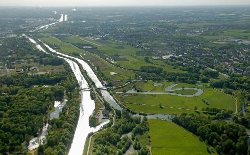 Die Lippe und der Datteln-Hamm-Kanal verlaufen über mehrere Kilometer parallel zueinander. Foto: Hans Blossey/EGLV