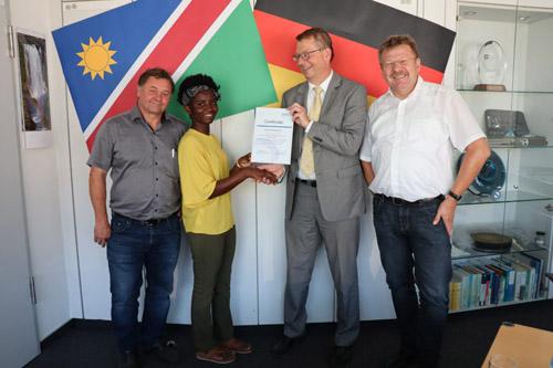 Glückwunsch: Haikela Nahambelelwe meisterte den Abschlusstest mit Bravour. Foto: Celina Winter/EGLV