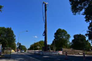 Schweres Baugerät: Mit diesem Mega-Bohrer wird die Bahnstraße aufgebrochen, damit der AKE hier verlegt werden kann - in offener Bauweise! Foto: Ilias Abawi