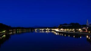 Blaue Stunde an der Rhone bei Avignon - das Wasser wirkt wie eine spiegelglatte Fläche. Foto: Ilias Abawi/EGLV