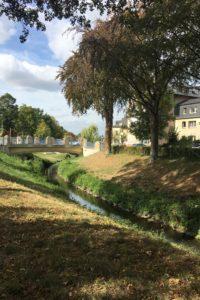 Blick auf die Partnerschaftsbrücke in Kamen. Hier fließt die Seseke durch das Stadtgebiet. Foto: EGLV