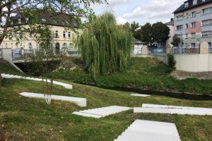Weiße Stufen führen ans Wasser der Seseke. Foto: EGLV