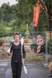 Marie Seeger jongliert vor unserer Baustelle am Resser Bach in Herten. Foto: Roland Baege / www.rolandbaege.de