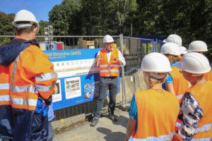 Regelmäßig im AKE-Einsatz: Reinhard Ketteler mit einer Besuchergruppe an einer Baustelle des Abwasserkanals Emscher. Foto: Rupert Oberhäuser/EGLV