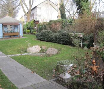 Hier versickert Regenwasser von Dach- und Wegflächen in einem Hausgarten. Foto: Ulrike Raasch/EGLV