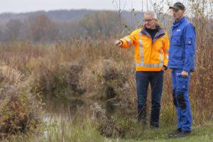 Unsere Kollegen Friedhelm Jasper (li.) und Dieter Jasper am Hochwasserrückhaltebecken Bönen-Seseke. Fotos: Stefan Tuschy/EGLV