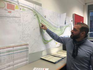 Und genau hier bauen wir gerade: Stevce Tasov zeigt auf der Karte, wo der AKE gerade im Holtener Bruch verlegt wird. Foto: Ilias Abawi/EGLV
