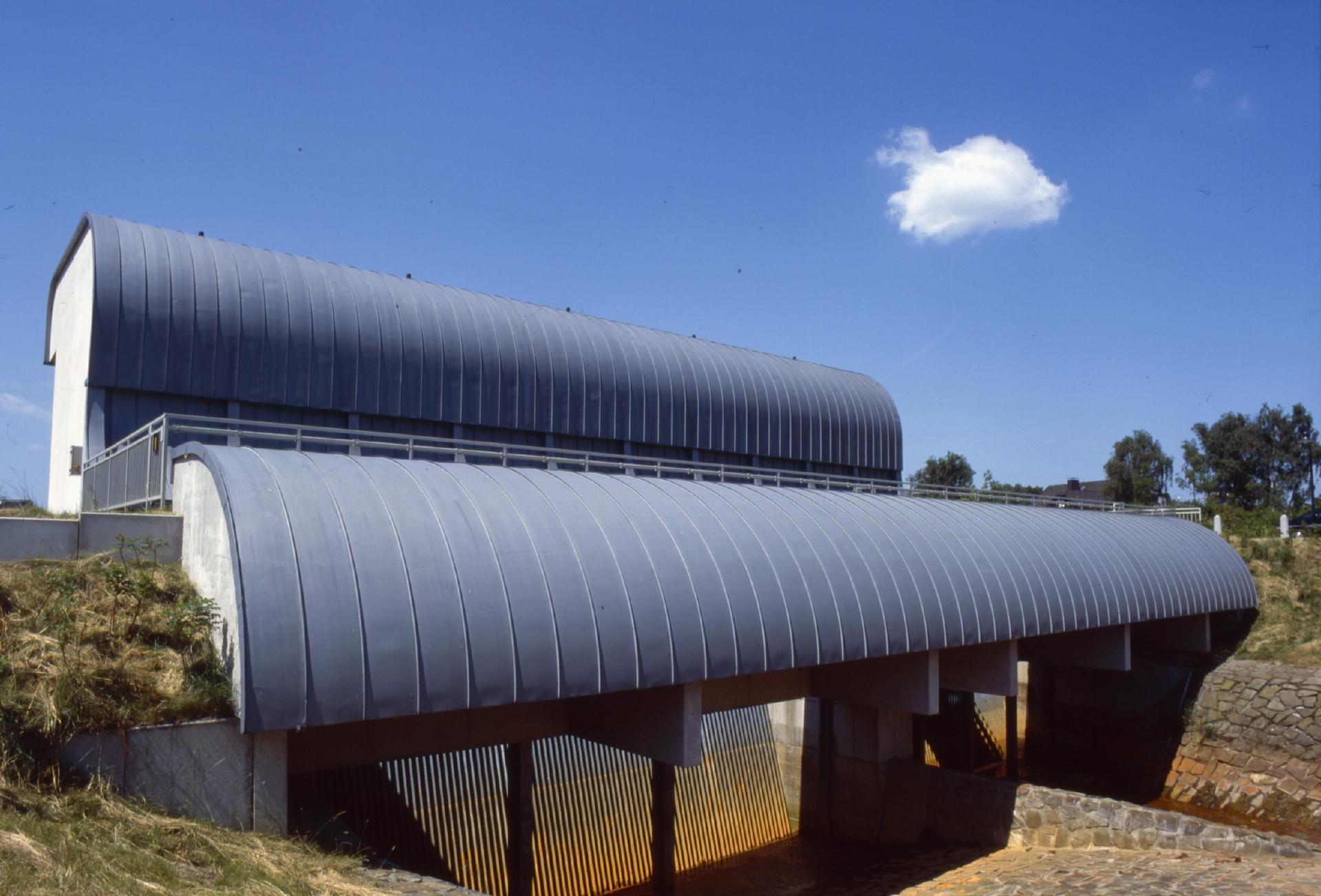 """Wie zwei silberne Wogen """"ergießt"""" sich die Dachkonstruktion des Pumpwerks Dorsten-Hammbach in die umgebende Landschaft. Foto: Jochen Durchleuchter/EGLV"""