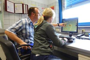Im Labor hilft Johanna Blindert ihrem Papa bei der Identifizierung der Bakterien im Belebtschlamm. Foto: Celina Winter/EGLV